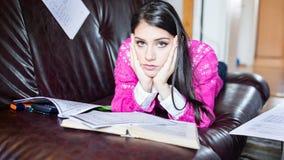 Vermoeide student die een hebben te lezen Ongerust gemaakte beklemtoonde student De student bestudeert Studie omhoog Stock Fotografie