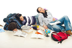 Vermoeide studenten die op vloer slapen Royalty-vrije Stock Foto