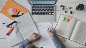 Vermoeide studentendalingen in slaap tijdens het bestuderen voor examens stock footage