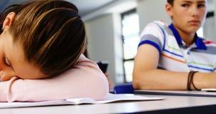 Vermoeide studentenslaap in klaslokaal stock videobeelden