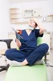 Vermoeide tandarts arts die een hoofdpijn hebben Stock Foto