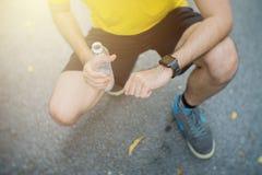 Vermoeide uitgeputte sportmens ademhaling na moeilijke training outd stock afbeeldingen