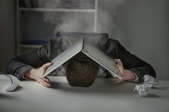 Vermoeide uitgeputte zakenman met zijn hoofd die op bureau liggen Stock Afbeeldingen