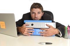 Vermoeide verspilde zakenman die in spanning bij bureaulaptop overweldigde uitgeput computer werken royalty-vrije stock foto's