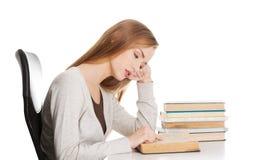 Vermoeide vrouw die aan examen voorbereidingen treffen Royalty-vrije Stock Fotografie
