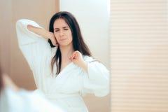 Vermoeide Vrouw die in Badjas Slaperig na Bad voelen stock fotografie