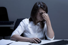 Vermoeide Vrouw die Computer met behulp van Stock Foto's