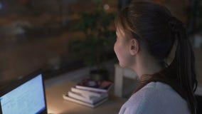 Vermoeide vrouw die haar werk om groot venster bij het verkeer van de nachtstad te onderzoeken pauzeren stock video