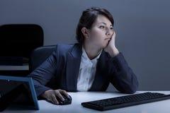 Vermoeide vrouw die in het bureau werkt Stock Afbeelding