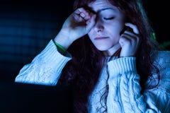 Vermoeide Vrouw die met een Computer werken stock afbeelding