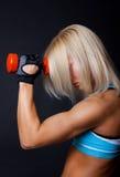 Vermoeide vrouw in gymnastiek Royalty-vrije Stock Foto's
