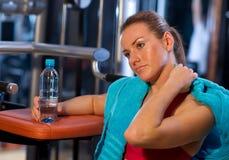 Vermoeide vrouw in gymnastiek Stock Foto