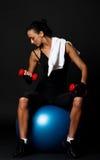 Vermoeide vrouw in gymnastiekruimte Royalty-vrije Stock Afbeeldingen