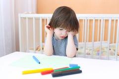 Vermoeide weinig jongen met gevoelde pennen Stock Afbeeldingen