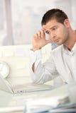 Vermoeide zakenman die aan laptop werkt Royalty-vrije Stock Foto