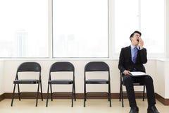 Vermoeide zakenman die op de stoel wachten royalty-vrije stock foto