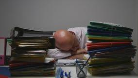 Vermoeide Zakenman Image Sleeping On het Bureau in de Financiële Zaal van het Archiefbureau stock foto's