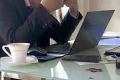 Vermoeide zakenman op het kantoor Stock Afbeelding