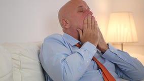 Vermoeide Zakenman Relaxing op Sofa Use Remote en Dichte TV stock video