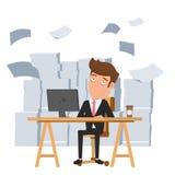 Vermoeide zakenmanzitting bij bureau en stapel van administratie De vermoeide werknemer en wil helpen Uiterste termijnconcept Stock Foto's