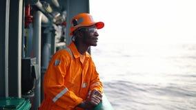 Vermoeide Zeeman ab of Bosun op dek van schip of schip stock footage