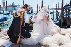 Vermomd paar in Carnaval van Venetië Stock Fotografie