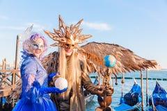 Vermomde mensen in Carnaval van Venetië Stock Foto