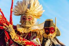 Vermomde mensen in Carnaval van Venetië Stock Fotografie