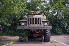 Vermomde militaire vrachtwagen Stock Foto