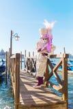 Vermomde persoon in Carnaval van Venetië Stock Afbeeldingen
