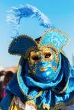 Vermomde persoon in Carnaval van Venetië Stock Foto