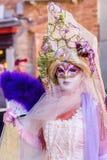 Vermomde vrouw in Carnaval van Venetië Royalty-vrije Stock Afbeeldingen