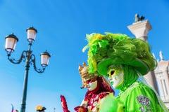 Vermomde vrouwen in Carnaval van Venetië Stock Fotografie