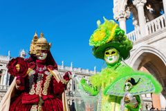 Vermomde vrouwen in Carnaval van Venetië Royalty-vrije Stock Foto