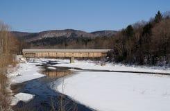 Vermont-abgedeckte Brücke über Strom Stockfotos