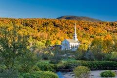 Vermont-Herbstlaub und die Stowe-Gemeindekirche Lizenzfreies Stockbild