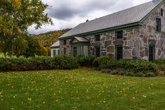 Vermont historyczny Fieldstone gospodarstwa rolnego dom jesień, spadek -/Barwi - zdjęcie royalty free