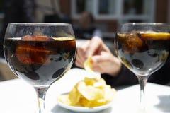 Vermouth et pommes chips, apéritif typique en Catalogne photographie stock libre de droits