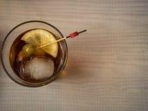 Vermouth rouge avec des olives dans un verre photo stock