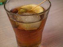 Vermouth rouge avec des olives dans un verre photographie stock libre de droits