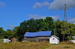 Vernachlässigter Bauernhof, der zu den Ruinen fällt lizenzfreie stockfotografie