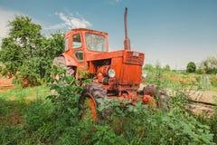 Vernachlässigter Traktor im Gras Stockbild