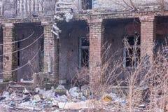 Vernachlässigtes und verlassenes Gebäude mit Abfall herum Disadvanta Stockbilder