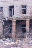 Vernachlässigtes und verlassenes Gebäude mit Abfall herum Strukturschwache Gebiete Stockbilder