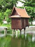 Vernacular kloster för thailändsk träpaviljong Royaltyfria Bilder