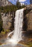 Vernal nedgång med regnbågen i den Yosemite nationalparken Arkivbilder