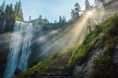 Vernal spadki w Yosemite parku narodowym, wycieczkuje ślad, Kalifornia, usa obrazy stock