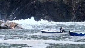 Vernazza, Италия - 28-ое апреля 2017 - шторм моря ударяет Vernazza по мере того как человек обеспечивает его шлюпку сток-видео