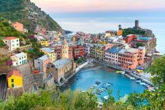 Vernazza bij zonsondergang, Cinque Terre, Ligurië, Italië stock afbeelding