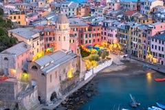 Vernazza bij zonsondergang, Cinque Terre, Ligurië, Italië stock foto's